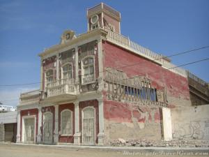 Quake-damaged building in Pisco.